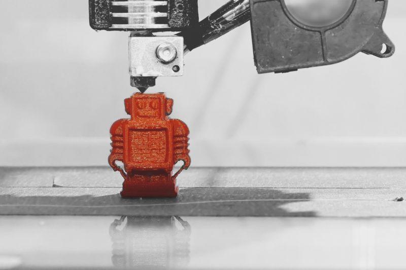 Afbeelding van een 3D-printer die een robotje print.