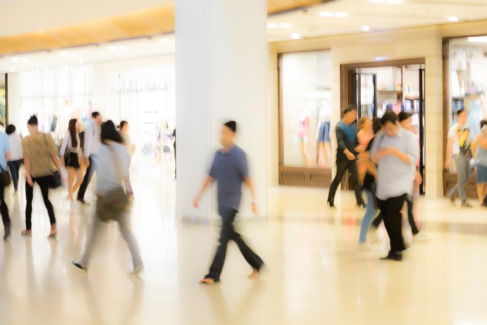 Foto van mensen die een winkel binnenlopen